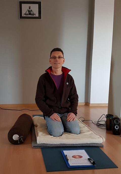 Tomasz Kurzydłowski podczas warsztatu Medytacje Otwierające Serce w 2016 roku