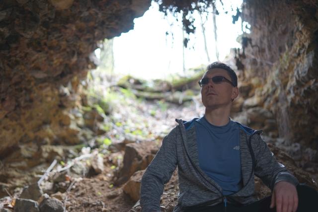Tomasz w grocie skalnej